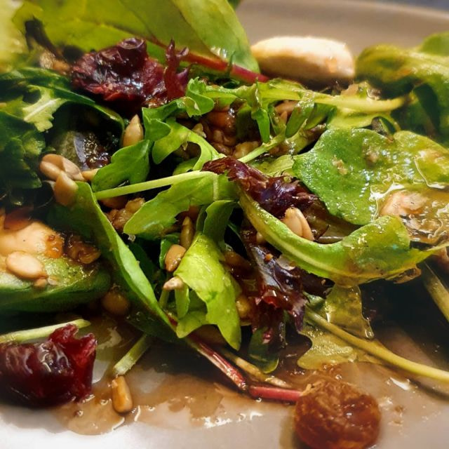 Πράσινη σαλάτα με χαλούμι, αποξηραμένο κράνμπερι, κουκουνάρι, κάσιους και βαλσάμικο γλάσο φράουλα Entopia Green salad with halloumi cheese, dried cranberries, pine nuts, cashews and balsamic glaze strawberry Entopia #nosugaradded #salad #haloumi #cheese #healthydiet #eathealthy #saladdressing #saladlove #balsamicglaze #βαλσάμικογλάσο #entopiagreece